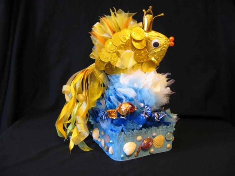 Золотая рыбка из конфет своими руками подробно
