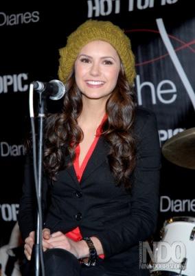 Нина Добрев помешана на… шляпках!