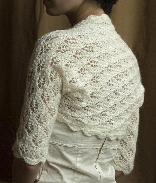 Вязаное ажурное болеро-шраг великолепно дополнит свадебный наряд. Болеро выполнено на спицах с отделкой крючком