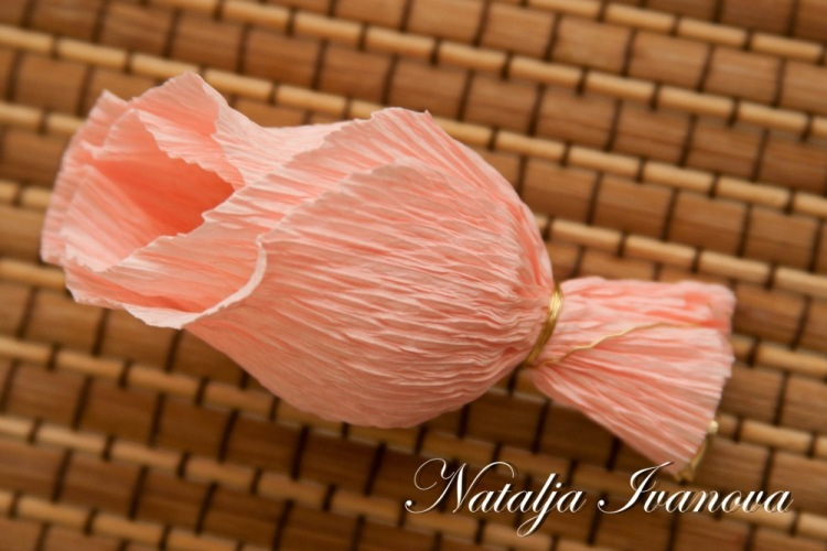 Роза из конфет и гофрированной бумаги своими руками фото
