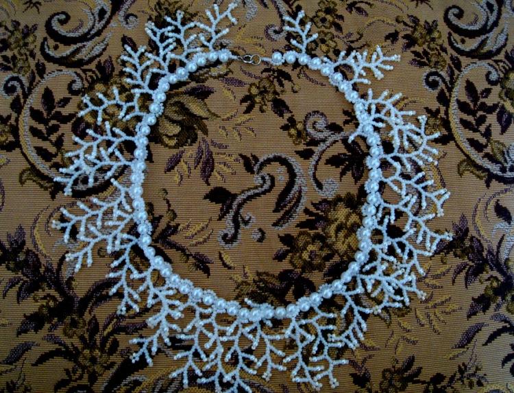Ожерелье из бисера и жемчужных бусин.