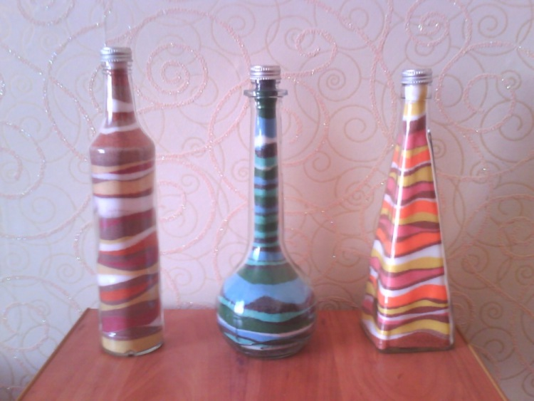 декор стеклянной бутылки цветной солью облегающее тело белье
