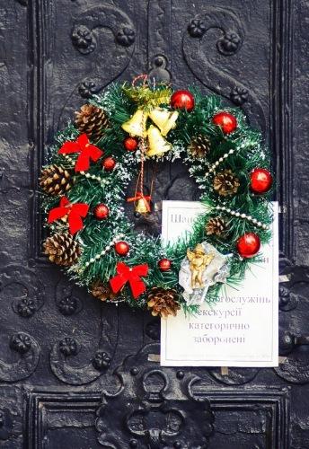 Львов. Рождественский венок на двери Собора святого Юра.