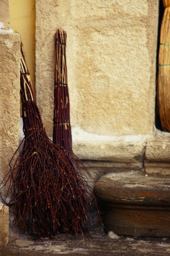 Львов. Венички перед входом в церковь.