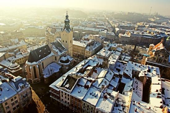 Часовня Боимов - небольшое здание с куполом и башенкой в левой нижней части кадра, левее большого здания Латинского костела.