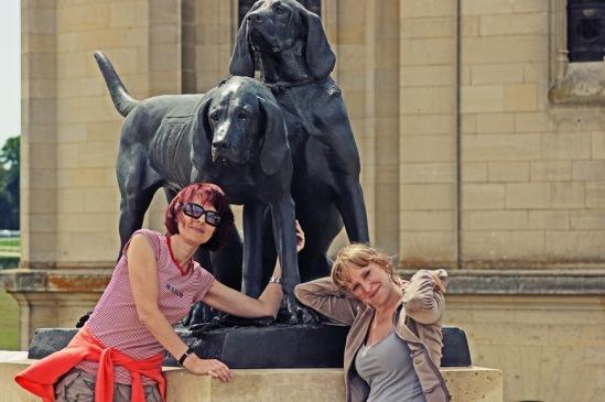Шантильи. Статуи охотничьих собак.