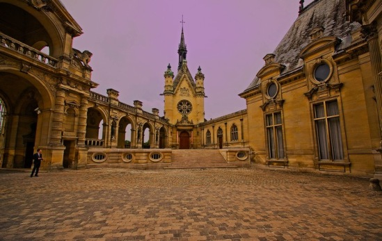 Шантильи. Cour d'Honneur - почетный двор.