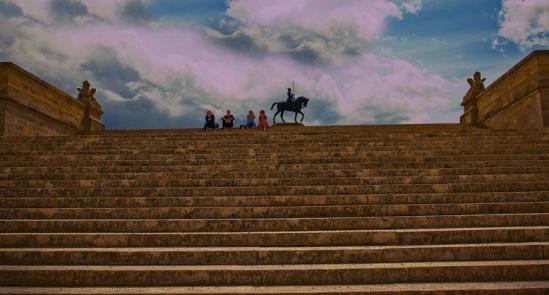 Шантильи. На заднем плане - памятник Анну де Монморанси.