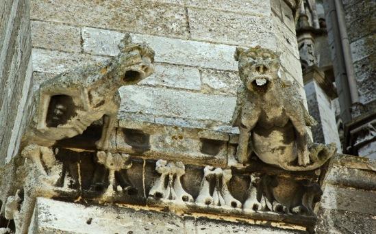 Кафедральный собор Бовэ.  Горгулья на портале.