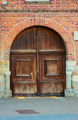 """А. Дюма, """"Три мушкетера"""":""""Тогда поднимитесь по лестнице, во дворе направо..."""". Вход во двор."""