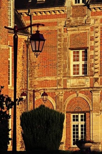 Франция, Кревкер. Замок на городской площади.