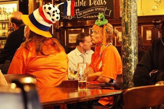 Болельщицы голландской сборной в пабе в районе Паддингтон.