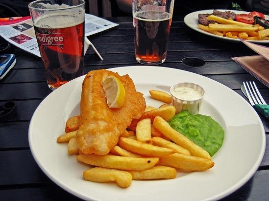 """Фиш энд чипс - традиционное английское блюдо """"пабной"""" кухни."""