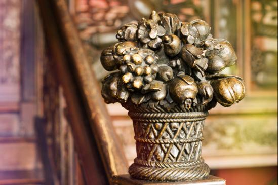 Резные вазоны можно потрогать, почувствовать под пальцами теплое дерево, которое мастер использовал четыреста лет назад.