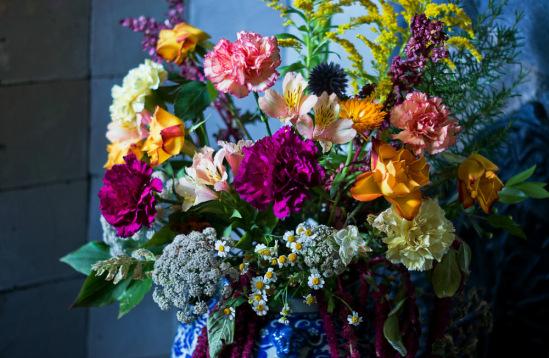 Интерьер Хэм-Хауса оживает благодаря вот таким цветочным композициям.
