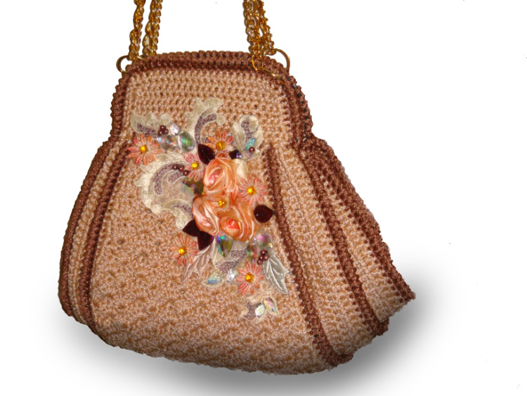 Сумки связаны атласными лентами и декорированы розочками из лент.