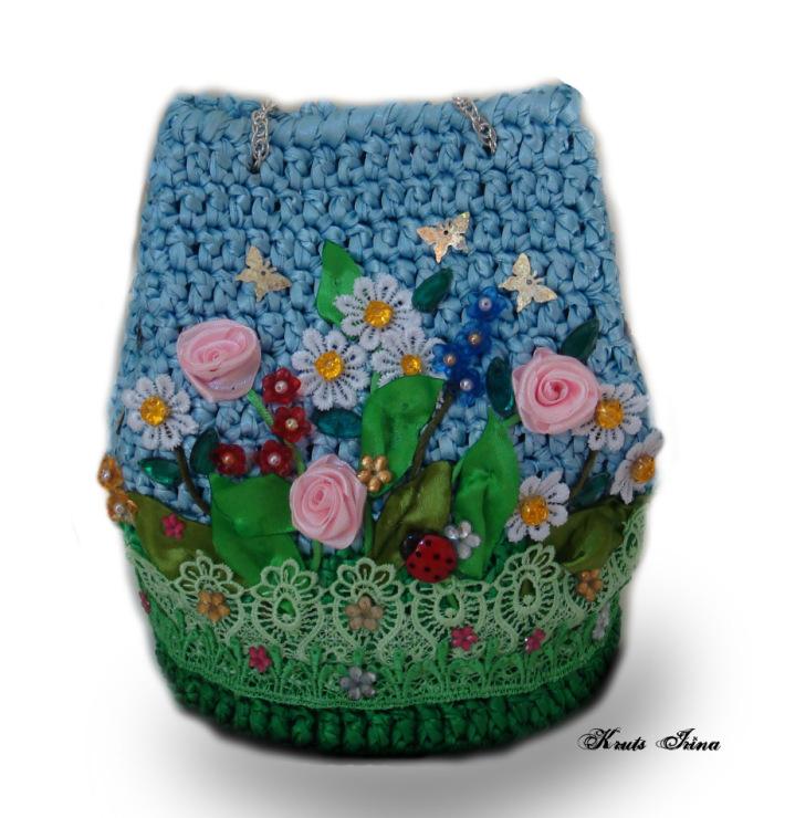 Сумки связаны атласными лентами и декорированы розочками из лент,бусинами,кружевом,пуговицами.  Источник.