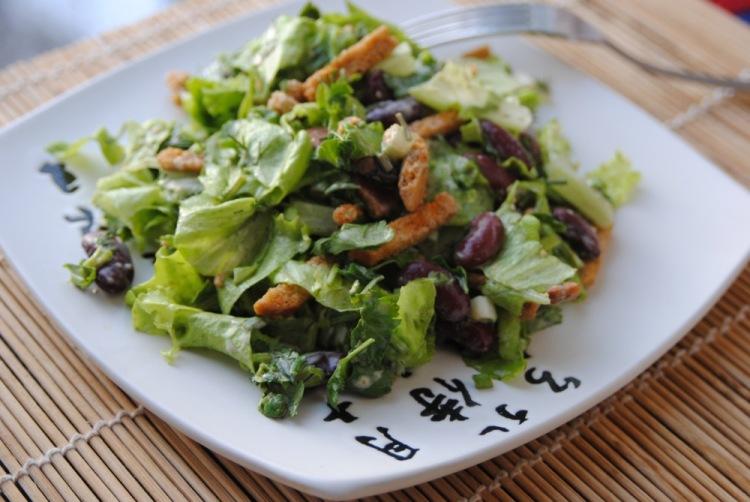 Салат с сухариками фасолью кинзой